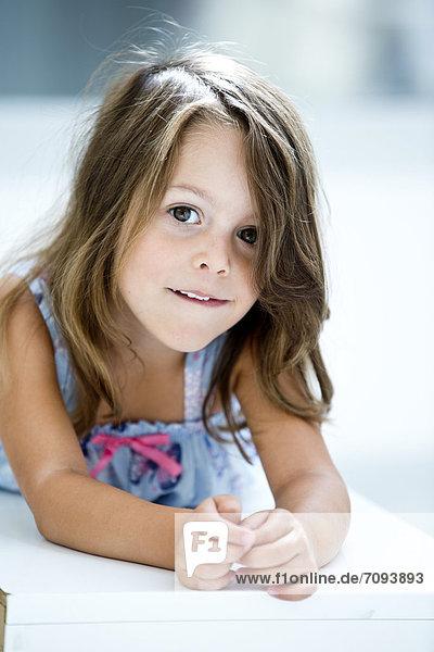 Deutschland  Mädchen lächelnd  Portrait