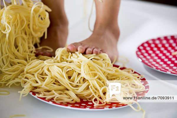 Deutschland  Mädchen stehend in Spaghetti