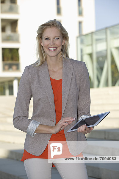 Europe  Germany  North Rhine Westphalia  Duesseldorf  Businesswoman with touchpad  smiling  portrait