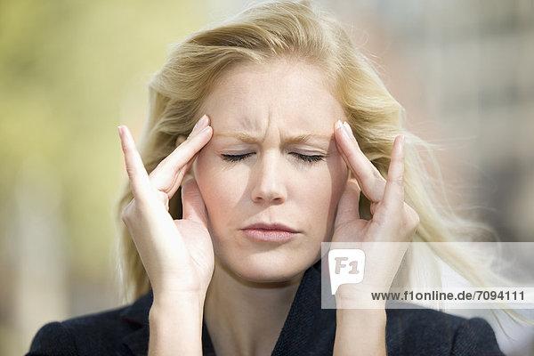 Europa  Deutschland  Nordrhein-Westfalen  Düsseldorf  Junge Frau mit Kopfschmerzen