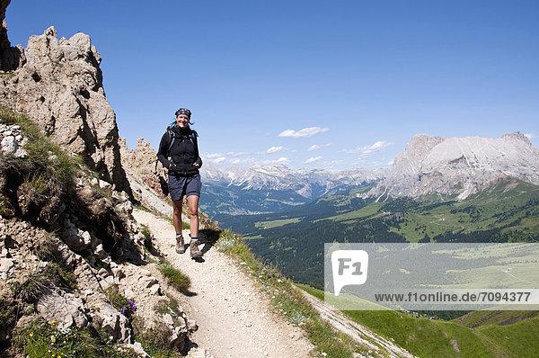 Italien  Mittelerwachsene Frau beim Wandern auf der Rosszahnscharte in Südtirol