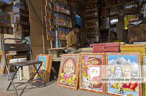 Geschäft produziert und verkauft religiöse Gemälde in Mysore  Indien  Asien