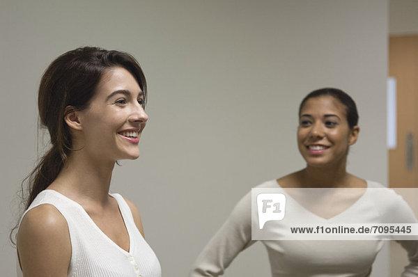 Junge Frauen reden und lächeln