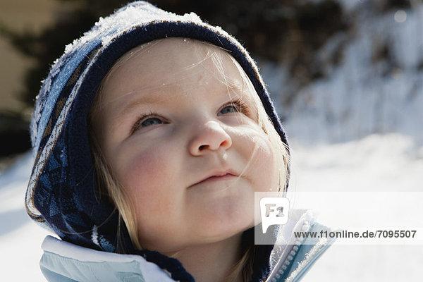 Kleinkind Mädchen mit Strickmütze im Freien  Portrait
