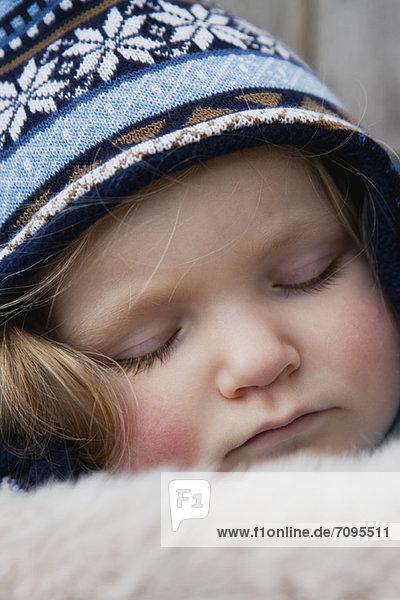 Kleinkind Mädchen mit Strickmütze schlafend  Portrait