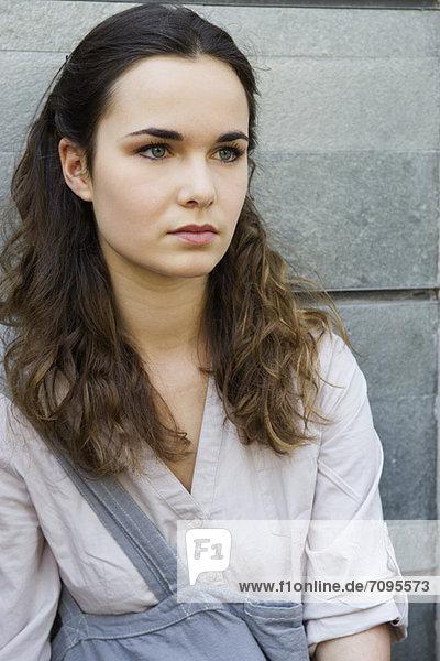 Junge Frau im Freien  Porträt