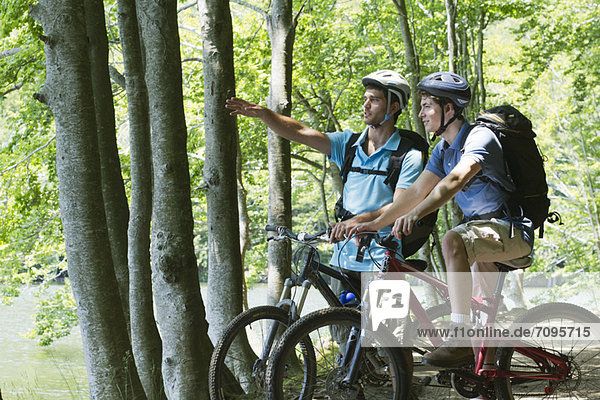 Junge Männer beim Fahrradfahren im Wald