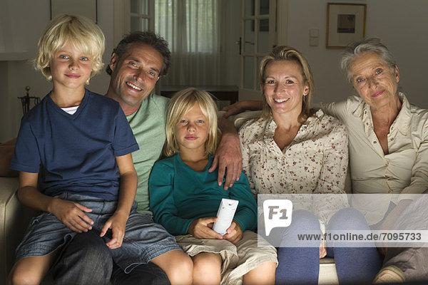 Mehrgenerationen-Familie beim gemeinsamen Fernsehen  Porträt