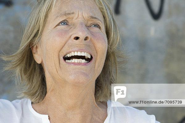 Seniorin mit schmerzhaftem Gesichtsausdruck