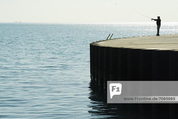 Lachsfischer am Ufer des Lake Michigan  Chicago Lake View