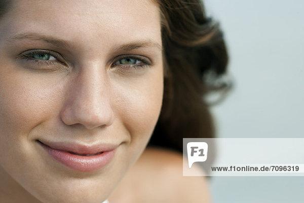 Junge Frau lächelt  Porträt