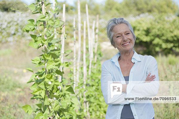 Senior  Senioren  Frau  Stolz  lächeln  Gemüse  Garten