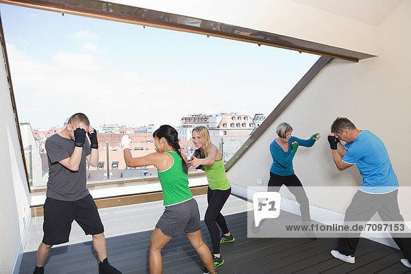 Trainer bei der Arbeit mit Boxern im Fitnessstudio
