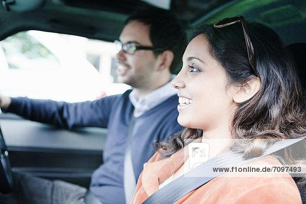 Lächelndes Paar beim Autofahren