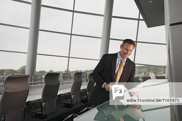 Europäer  sehen  Geschäftsmann  Geschäftsbesprechung  Zimmer  Konferenz  Schreibarbeit