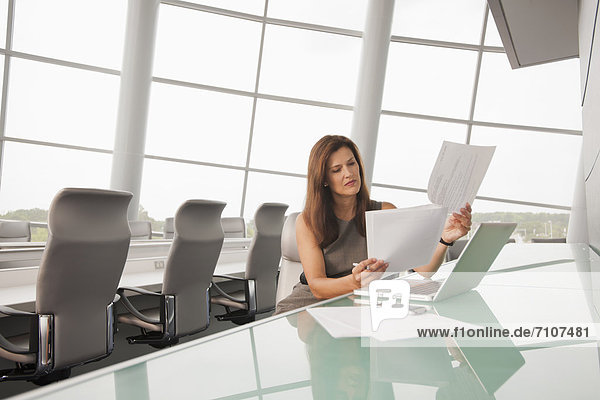 Europäer  Geschäftsfrau  Geschäftsbesprechung  Zimmer  arbeiten  Konferenz