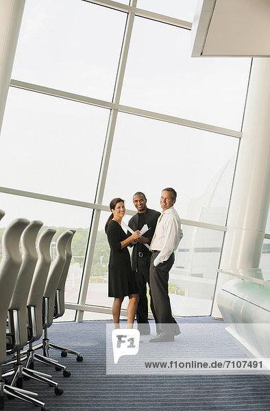 Geschäftsmann und Geschäftsfrau mit Laptop im Konferenzraum