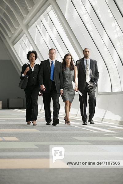 Korridor Korridore Flur Flure Zusammenhalt Mensch Menschen gehen Business