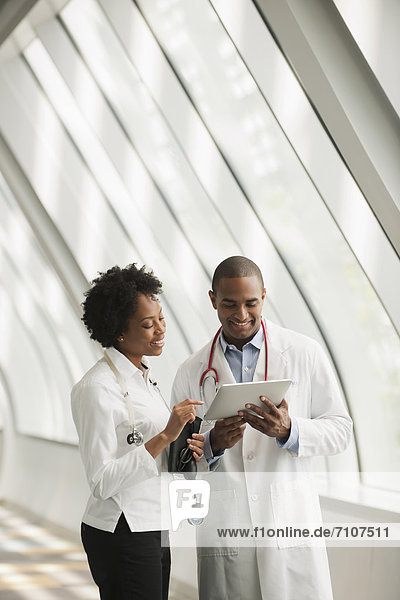 Korridor  Korridore  Flur  Flure  benutzen  Arzt  Krankenhaus  Tablet PC