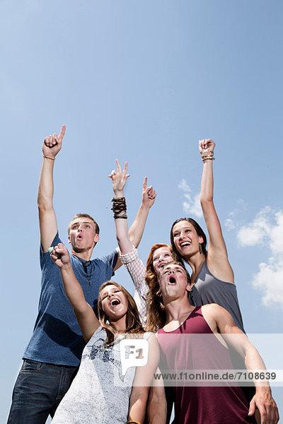 Fünf Freunde  die jubeln  niedriger Winkel