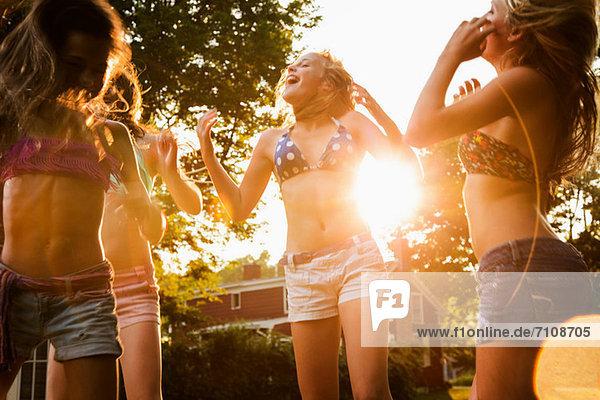 Mädchen tanzen im Garten Mädchen tanzen im Garten