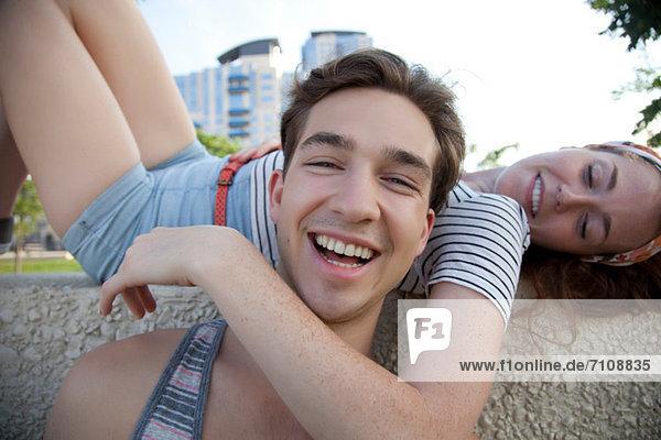 Porträt eines jungen Paares  Frau mit Arm um den Mann