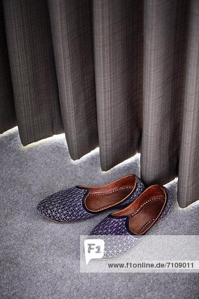 Pantoffeln am Vorhang