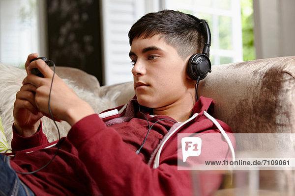 Teenager-Junge hört Musik