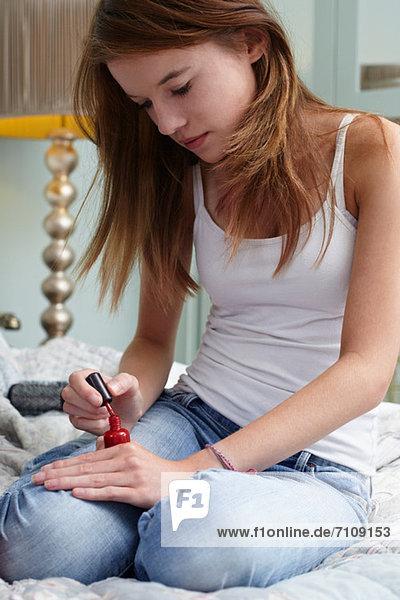 Teenagermädchen mit Nagellack