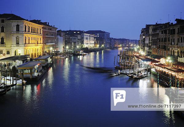Europa Boot Venedig Venetien Italien bei Nacht