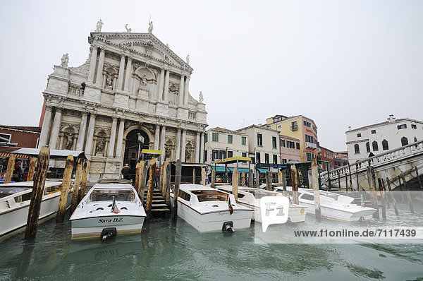 Motorboote vor der Kirche Santa Maria di Nazareth  Degli Scalzi  Cannaregio  Canal Grande  Venedig  Venezia  Venetien  Italien  Europa