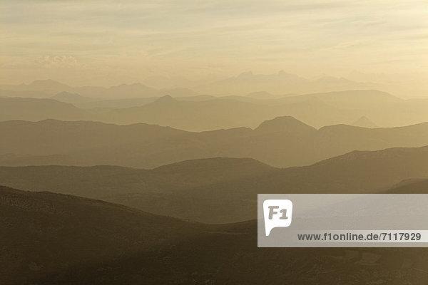Alpenlick nach Norden nach Sonnenaufgang  Mont Ventoux  1912 m  provencalische Voralpen  Sault  Carpentras  Region Provence  DÈpartement Vaucluse  Frankreich  Europa
