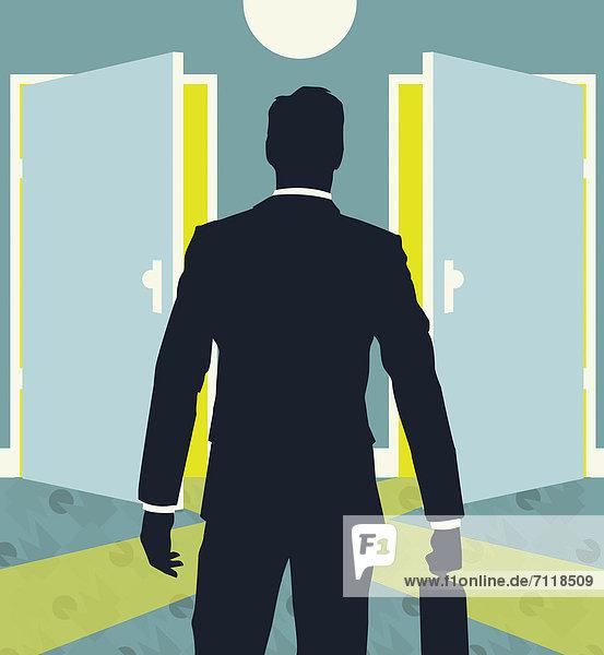 Geschäftsmann mit Aktenkoffer steht vor zwei geöffneten Türen