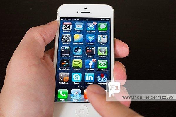Detail  Details  Ausschnitt  Ausschnitte  zeigen  Mann  halten  Close-up  close-ups  close up  close ups  5  Smartphone  Iphone  Größe  app  neu  sichtschutz
