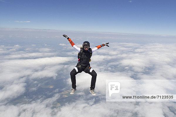 Fallschirmspringerin in der Luft