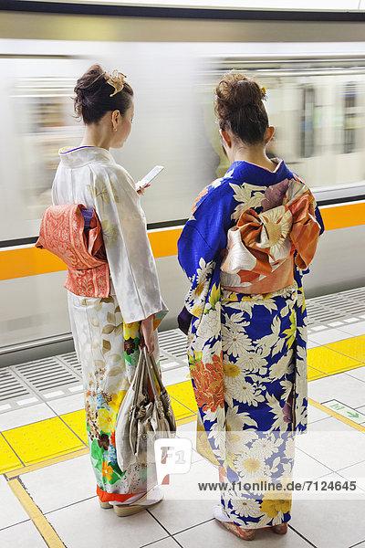 Handy  Frau  Kommunikation  Tokyo  Hauptstadt  Kurznachricht  Asien  Japan  japanisch  Kimono