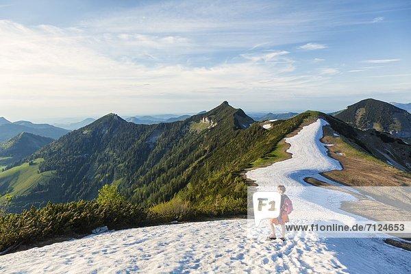 Frau auf einem Schneefeld in der Osterhorngruppe  Salzkammergut-Berge  Österreich