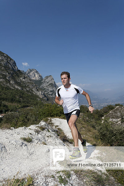 Freizeitsport  Berg  Mann  Sport  gehen  folgen  Gesundheit  rennen  joggen  Gardasee  Italien  Entspannung