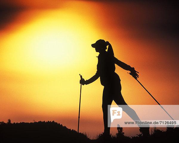 Landschaftlich schön  landschaftlich reizvoll  Freizeit  Europa  Frau  Fortbewegung  Sport  Boden  Fußboden  Fußböden  Silhouette  Himmel  Hut  Mütze  Natur  Gegenlicht  Österreich  Stimmung  Nordic Walking  Sonne  Tirol