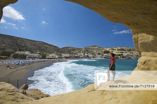 Außenaufnahme Europa Frau Tag europäisch Strand Küste Meer Insel Höhle Sandstrand Kreta Griechenland Mittelmeer freie Natur