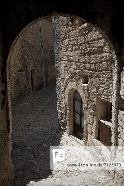 bauen  Mittelalter  Landstraße  Frankreich  Europa  Gebäude  Dorf  Kurve  Provence - Alpes-Cote d Azur  Lacoste  Luberon