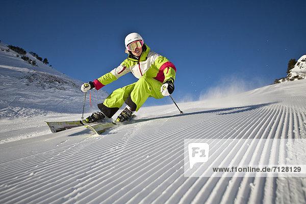 Rollbahn  Wintersport  Skihelm  Frau  Winter  Geschwindigkeit  Sport  schnitzen  Ski  Vitalität  Österreich  Helm  Salzburg