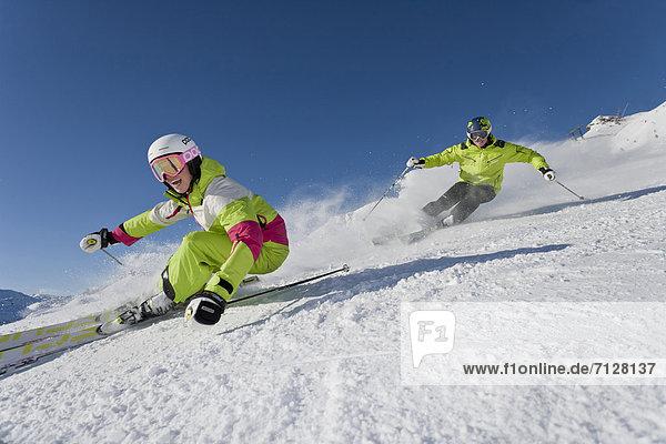 Rollbahn  Wintersport  Skihelm  Frau  Winter  Mann  Geschwindigkeit  Sport  schnitzen  Ski  Vitalität  Österreich  Helm  Salzburg
