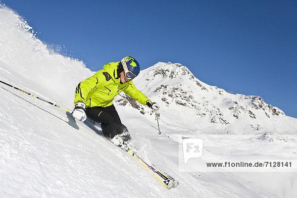 Rollbahn  Wintersport  Skihelm  Winter  Mann  Geschwindigkeit  Sport  schnitzen  Ski  Vitalität  Österreich  Helm  Salzburg