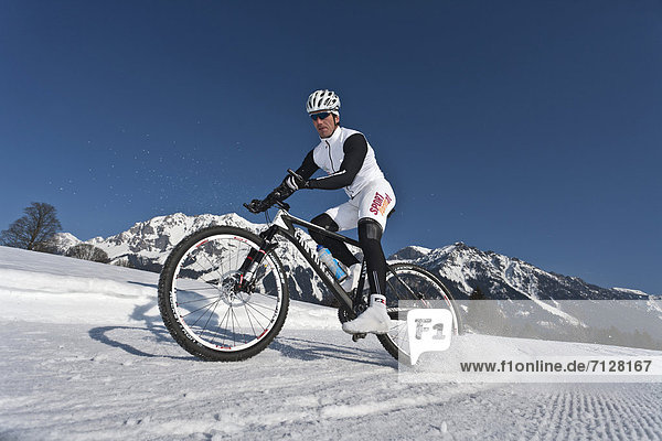 Mountainbike  mountain bike  Wintersport  Winter  Mann  Sport  radfahren  Fahrrad  Rad  Fahrradfahrer  Ramsau bei Berchtesgaden  Österreich
