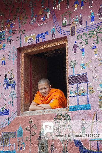 Urlaub  Fenster  Reise  Religion  Buddhistischer Tempel  fünfstöckig  Buddhismus  UNESCO-Welterbe  Tempel  Mönch  Asien  Laos  Luang Prabang  Tourismus
