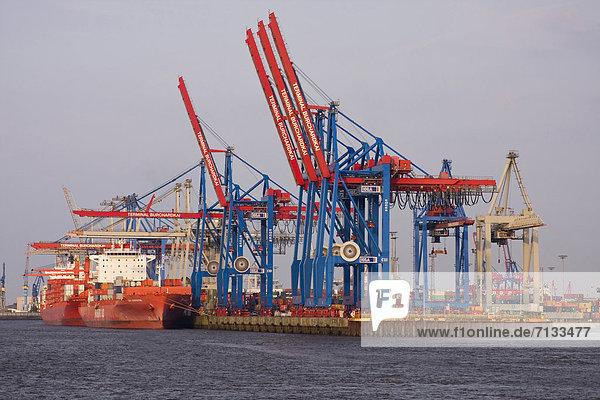 Außenaufnahme  beladen  Hafen  Transport  Schiff  1  Hamburg - Deutschland  Burchardkai  Business  Container  Containerbahnhof  Deutschland