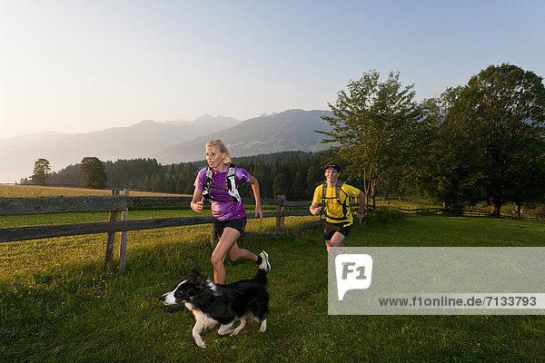 Frau  Mann  Sport  gehen  folgen  Gesundheit  rennen  Hund  Wiese  joggen  Ramsau bei Berchtesgaden  Österreich Frau ,Mann ,Sport ,gehen ,folgen ,Gesundheit ,rennen ,Hund ,Wiese ,joggen ,Ramsau bei Berchtesgaden ,Österreich
