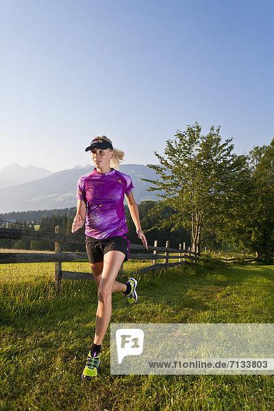 Frau  Sport  gehen  folgen  Gesundheit  rennen  Wiese  joggen  Ramsau bei Berchtesgaden  Österreich
