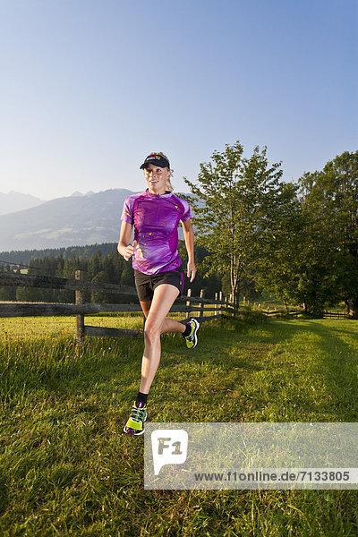 Frau  Sport  gehen  folgen  Gesundheit  rennen  Wiese  joggen  Ramsau bei Berchtesgaden  Österreich Frau ,Sport ,gehen ,folgen ,Gesundheit ,rennen ,Wiese ,joggen ,Ramsau bei Berchtesgaden ,Österreich